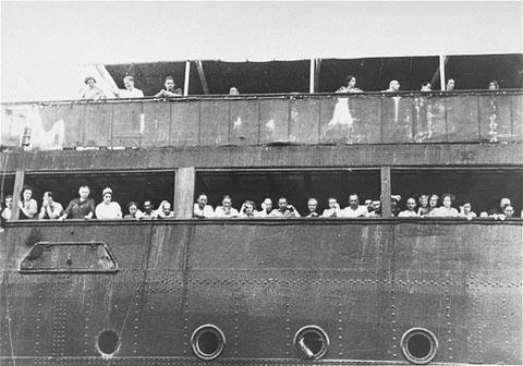 Refugiați la bordul unei nave cu emigranți.