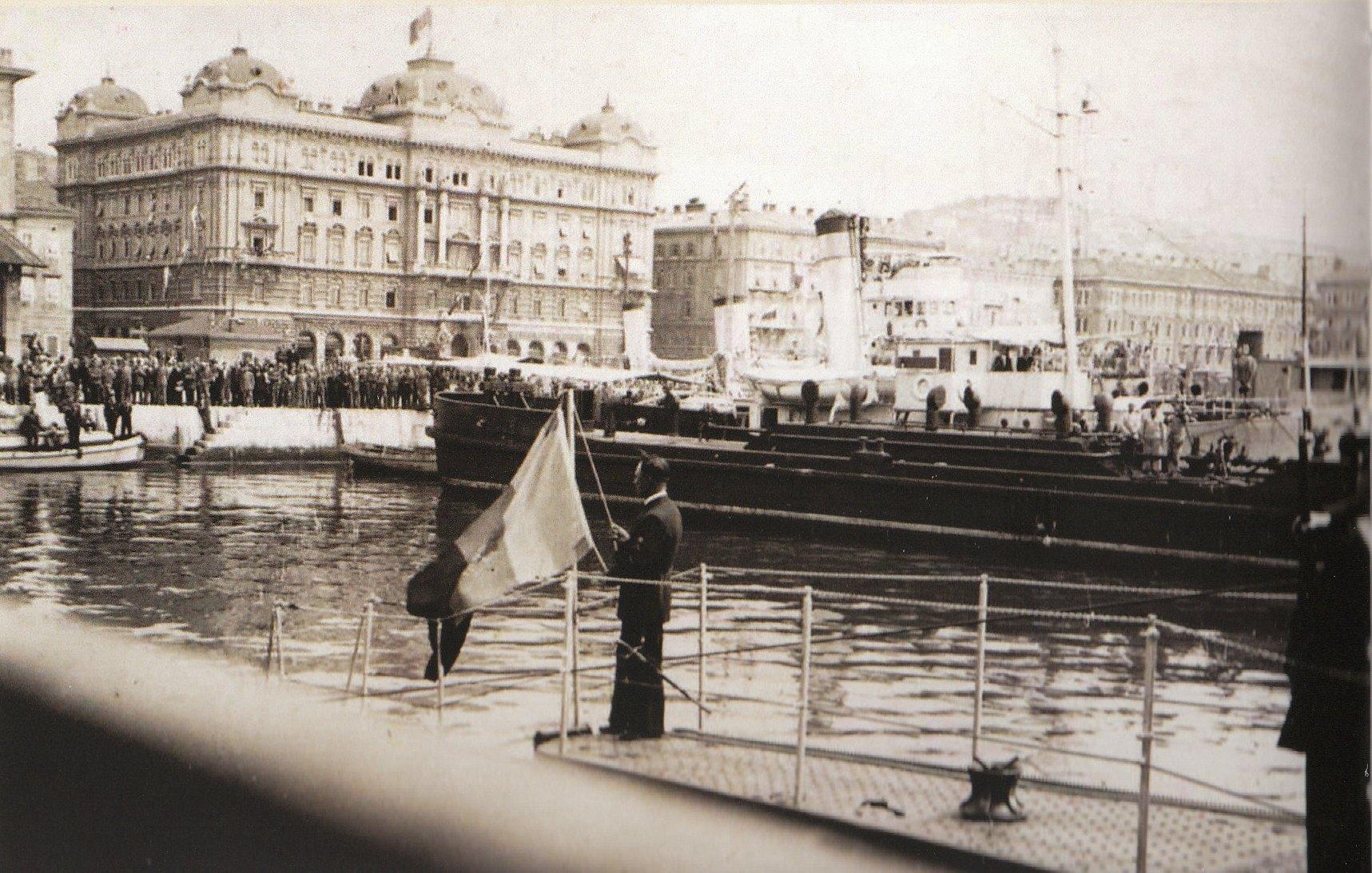"""9 mai 1936 - ridicarea pavilionului la bordul submarinului """"Delfinul"""" de către maistrul militar Constantin Dobre."""
