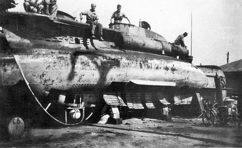 Submarin italian din clasa CB, în portul Constanța, scos pe cheu pentru reparații.