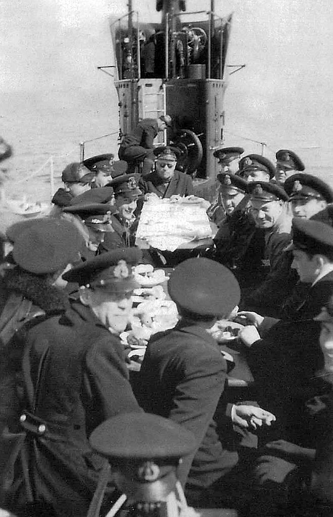 """Submarinul """"Delfinul"""" - adunare camaraderească pe puntea navei (secvență din anul 1938)."""