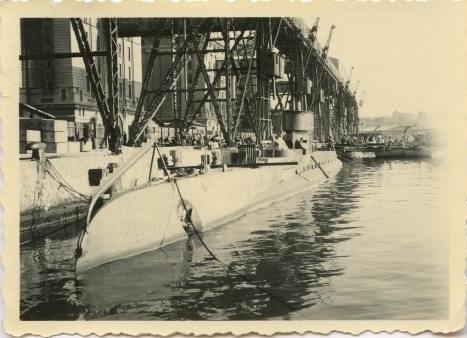 """Submarinul """"Delfinul"""" în portul Constanța (în dana silozurilor, se vede estacada)."""