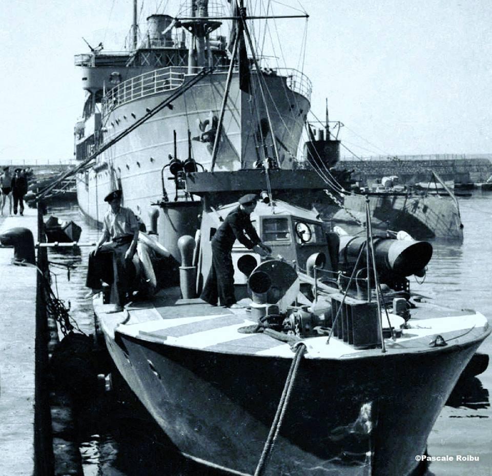 """Vedetă torpiloare tip """"Vosper"""" (în prim-plan). In plan secund, nava-bază """"Constanța"""", având în dreapta submarinul """"Delfinul""""."""