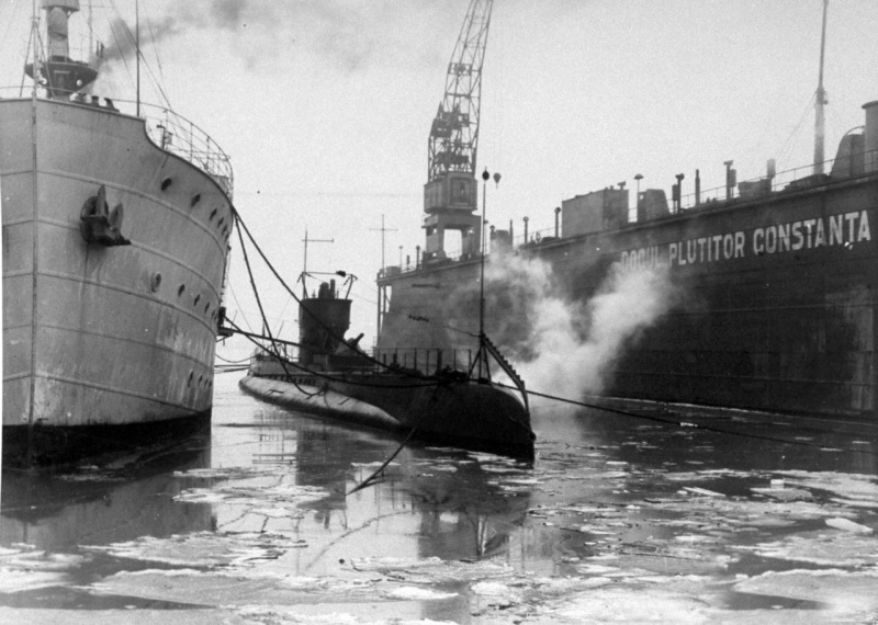 """Submarinul """"Delfinul"""" și nava-bază """"Constanța"""" lângă docul plutitor al Șantirului Naval Constanța."""