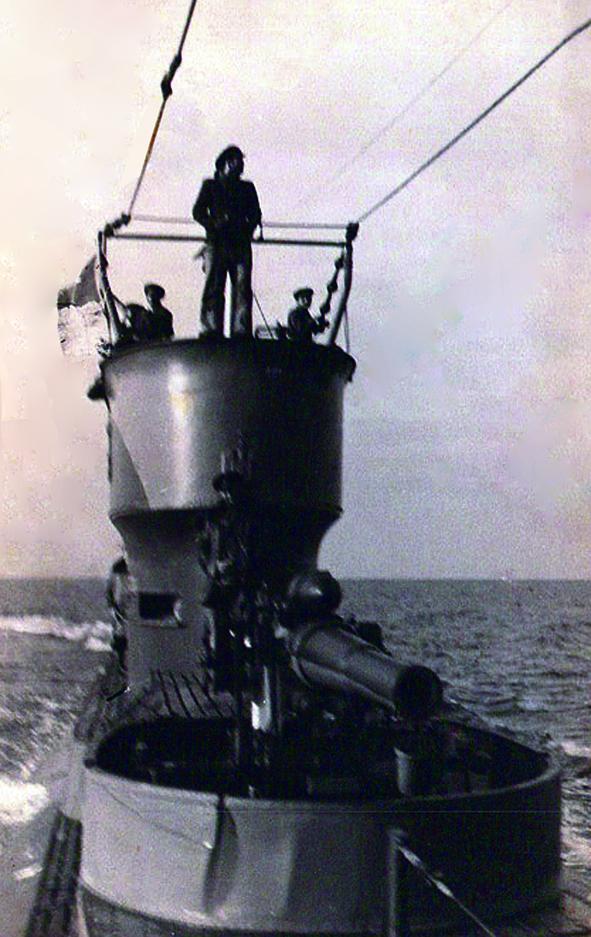 """Submarinul """"Delfinul""""(vedere dinspre prova navei)."""