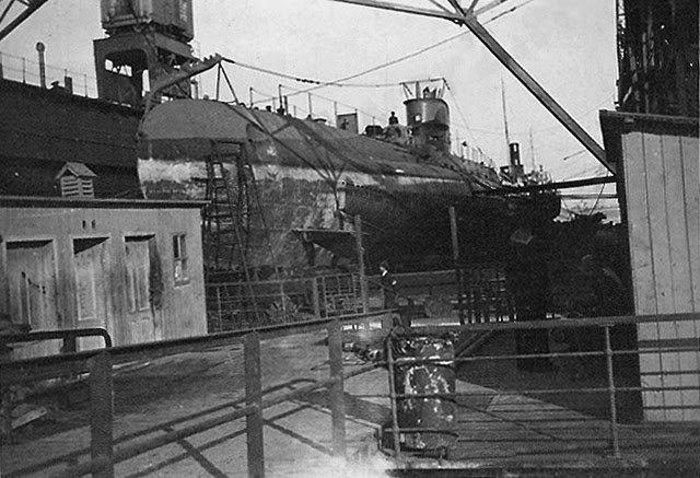 """Submarinul """"Delfinul"""" andocat pe docul plutitor al Șantierului Naval Constanța (1941)."""