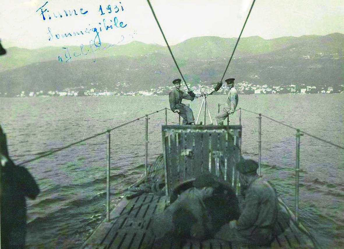 """Submarinul """"Delfinul"""" în anul 1931, în portul FIUME, la scur timp după ce fusese preluat de la constructor."""