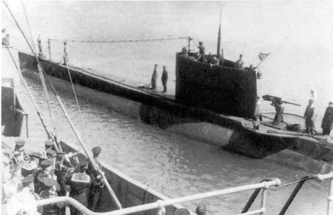 "Submarinul sovietic A-3, comandat de cpt. R3 S.A. Turicov, a torpilat nava mixtă ""Sulina""."