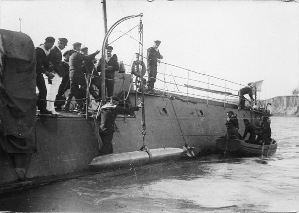 Dotarea cu torpile a unui torpilor românesc, înainte de plecarea într-o nouă misiune.