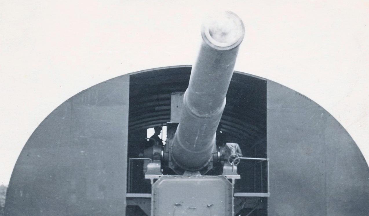 """Unul dintre cele trei tunuri de mare calibru (280 mm) din dotarea bateriei """"Tirpitz""""."""