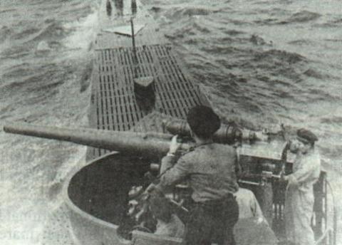 """Tunul de 102 mm, tip """"Bofors"""", de la bordul submarinului """"Delfinul""""."""