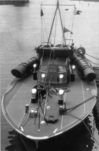 """Vedetele torpiloare """"Viforul"""" și """"Vijelia"""" plecat în urmărirea distrugătorului """"Harkov""""."""
