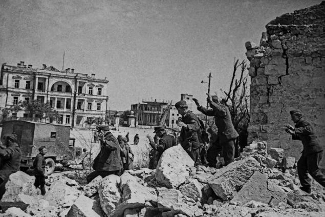 Sevastopol, mai 1944. Militari germani se predau trupelor sovietice.