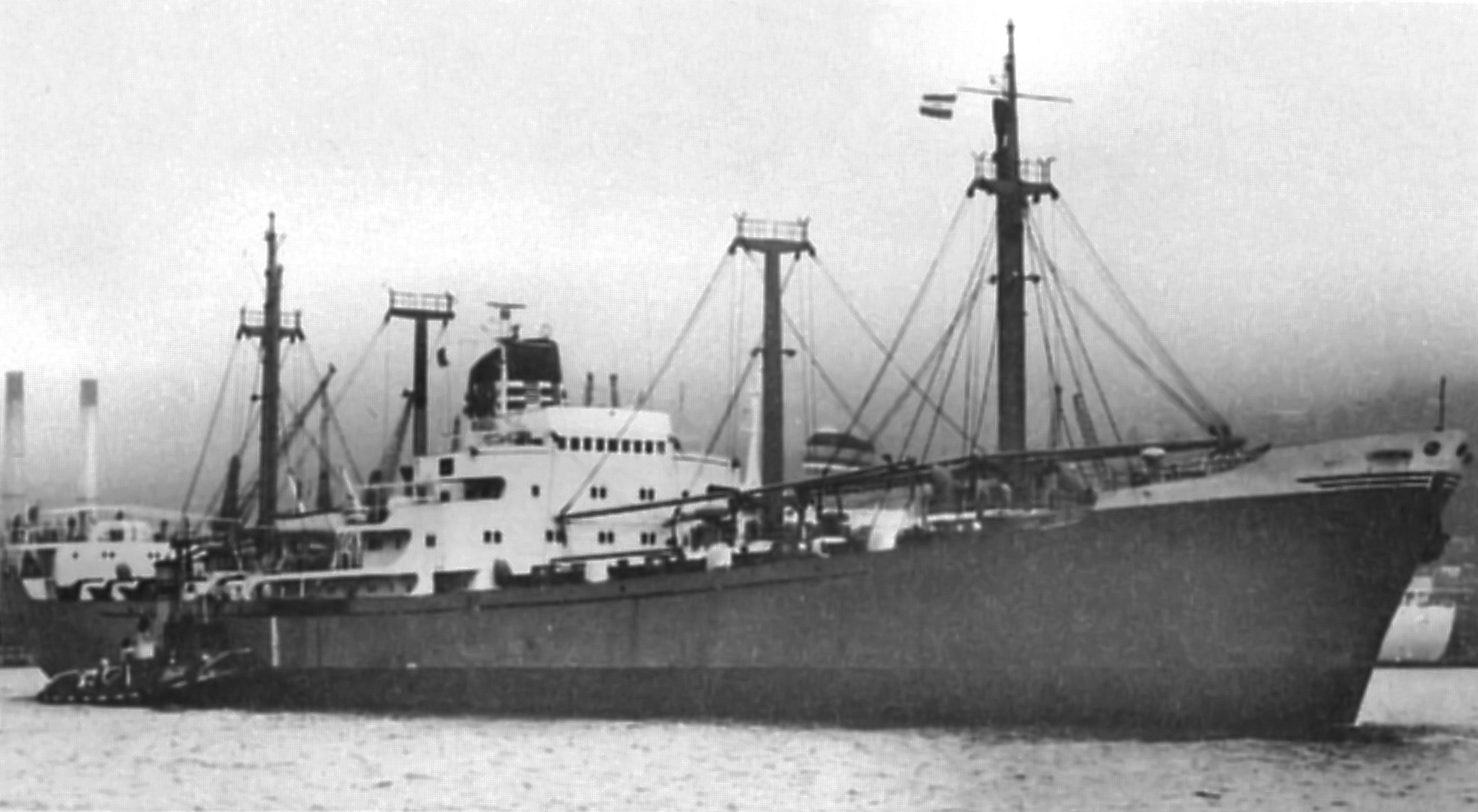 """Cargoul """"Vrancea"""" (ex-""""Vishva Shanti"""") în rada portului Durban, 1975. Primul comandant al navei a fost căpitanul de cursă lungă Mihail Moraru, care a fost și comandantul petrolierului """"Unirea"""" (150.000 tdw), care, în urma unor explozii la bord, s-a scufundat în apele Mării Negre la data de 13 octombrie 1982 (vezi volumul """"Naufragiul petrolierului UNIREA - cea mai mare catastrofă navală din anul 1982"""")."""