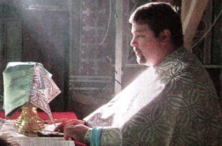 Preotul Valentin Petrea a fost condamnat la pedeapsa de şase ani de închisoare, pentru că a fugit cu banii enoriaşilor donaţi pentru biserica din Cotu Văii (dosar 1283/ 256/ 2011).