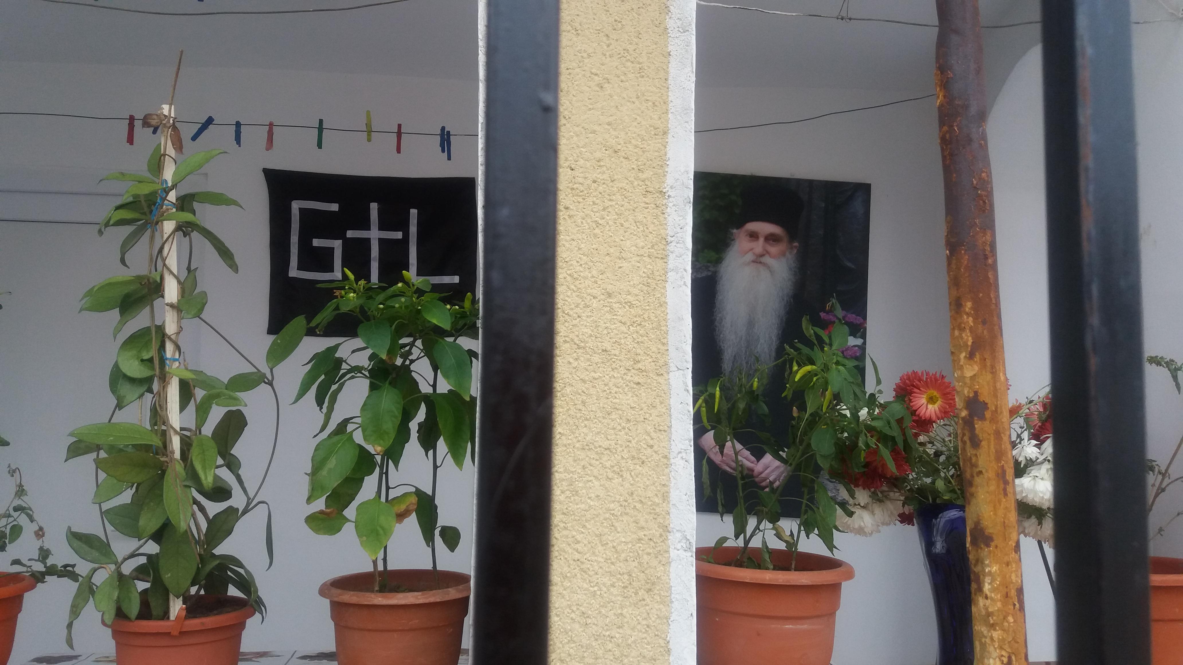 Fotografia lui Arsenie Papacioic - fostul duhovnic al mănăstirii Sf Maria din Techirghiol era ținută de preotul Ganea Lucian pe peretele de la intrarea în casa sa.