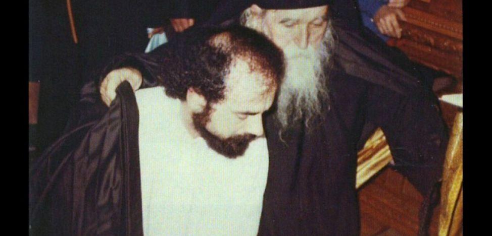 Foto din 6 august 1987, cu Dan Ilie Ciobotea la intrarea în viaţa monahală, alături de naşul său de călugărie, părintele arhimandrit Ilie Cleopa.