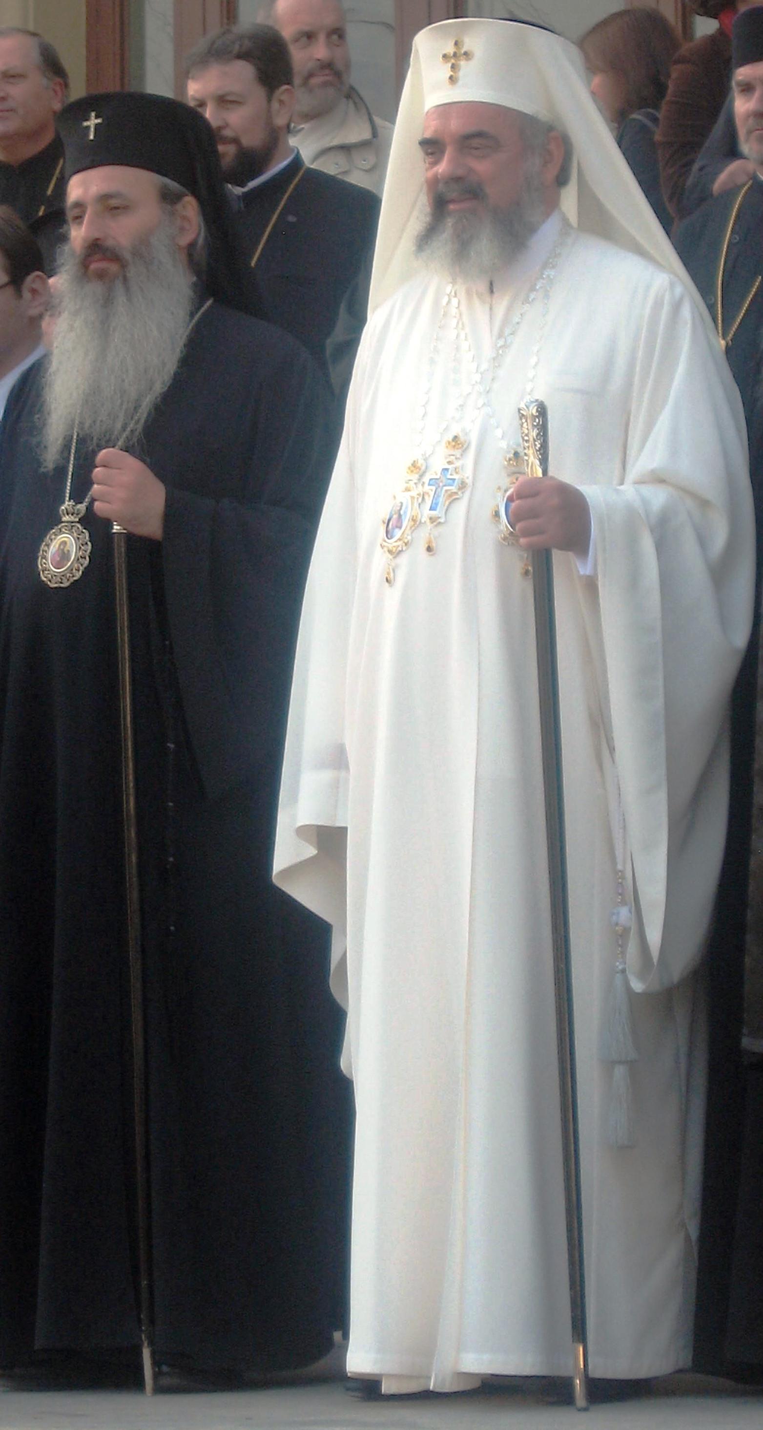 Dintre toți reprezentanții Bisericilor ortodoxe din întreaga lume, numai Patriarhul Daniel poartă veșminte albe, asemenea Papei de la Roma.