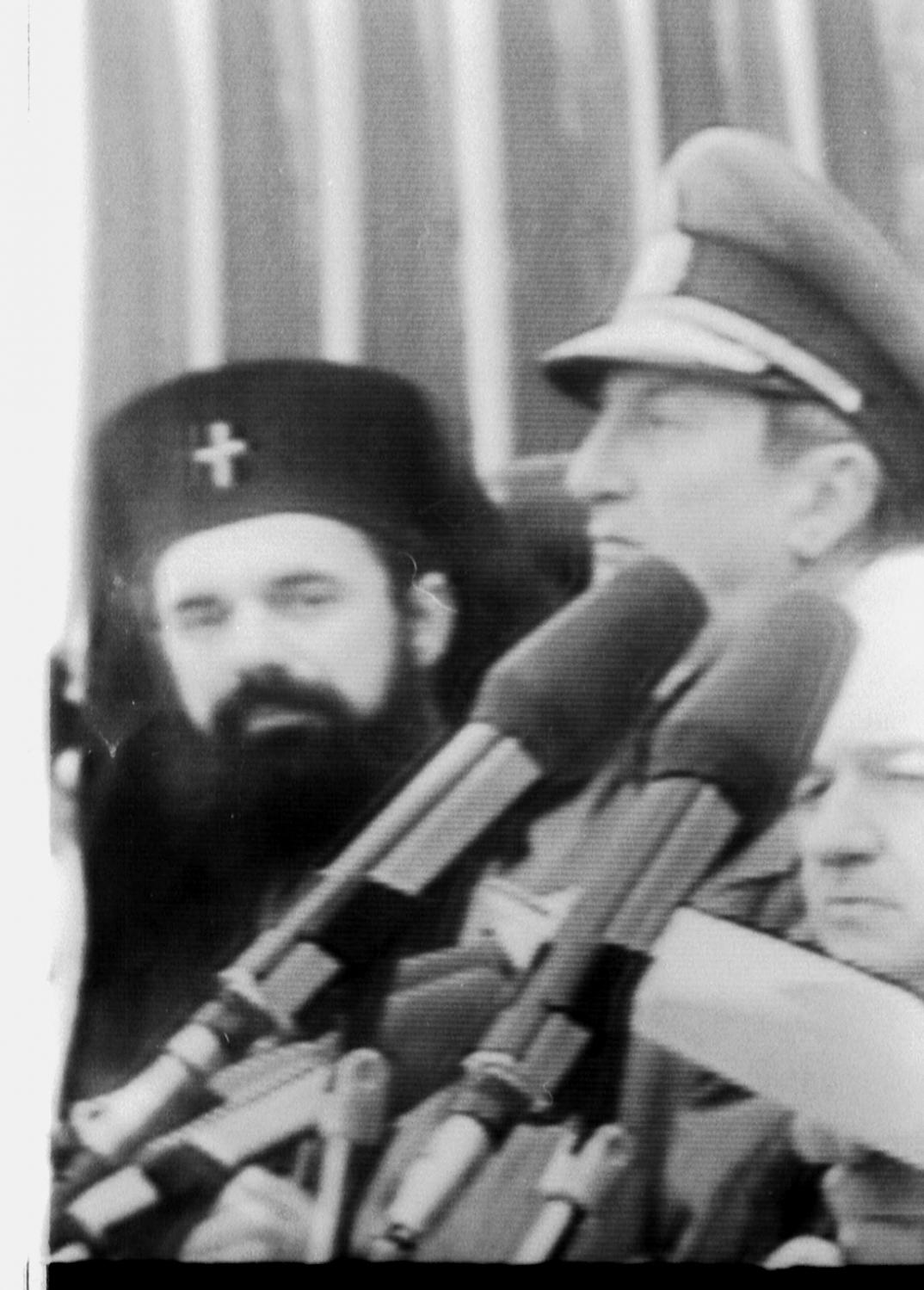 Daniel, proaspătul Mitropolit al Moldovei, pe 1 Decembrie 1990 la Alba Iulia, la sărbătorirea primei Zile Naţionale, alături de geneneralul Victor Athansie Stănculescu şi Dan Marţian, politrucul comunist.