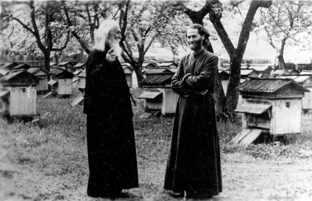 Părintele Justin (în anul1967), împreună cu duhovnicul său, Protosinghelul Epifanie Acatrinei, la mănăstirea Secu, într-una dintre primele ascultări (aceea de stupar) de după reprimirea în monahism.