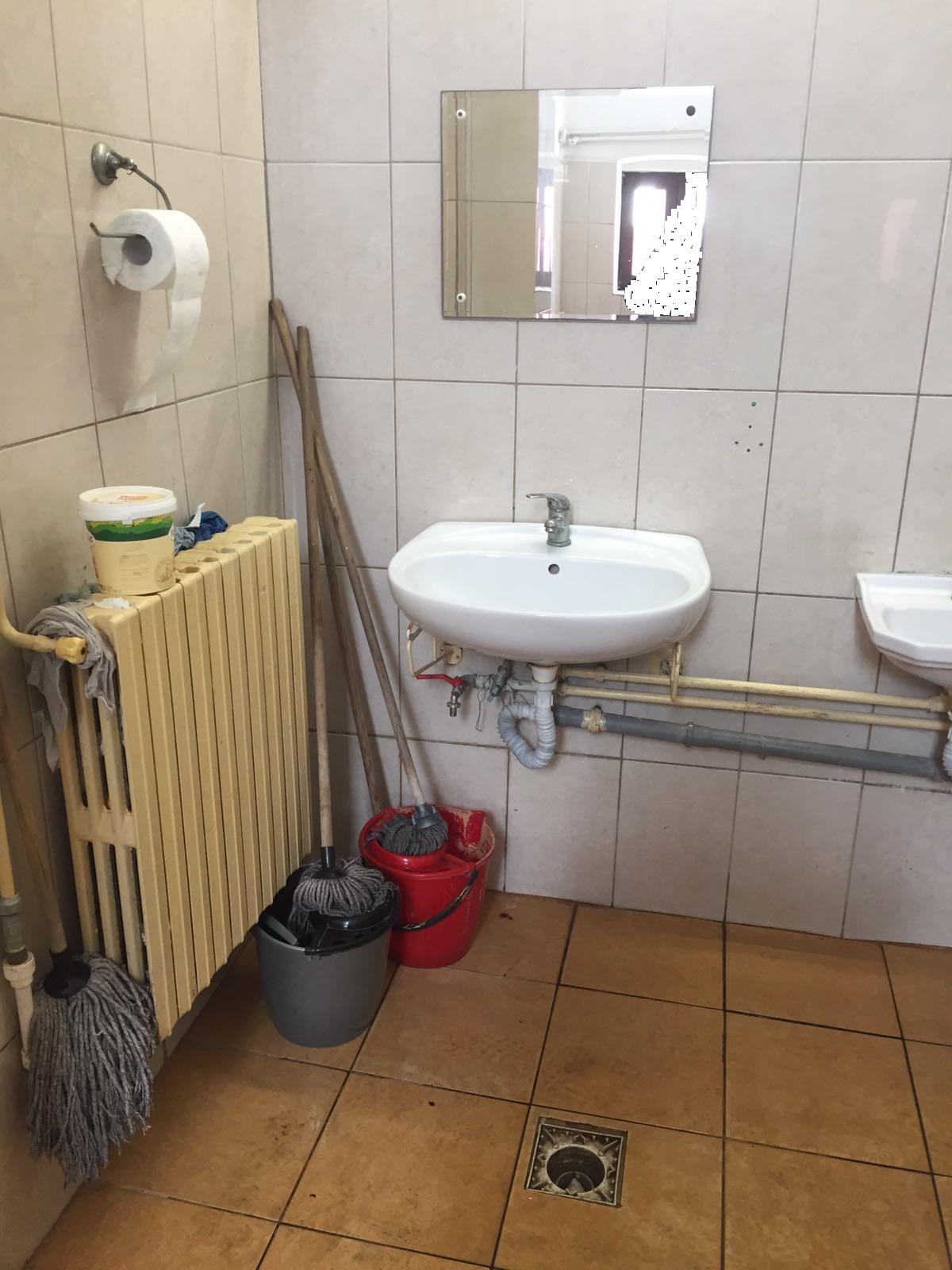 Secvență realizată de fotoreeporterul nostru în grupul sanitar (băieți) din clădirea internat (imobil de patrimoniu).
