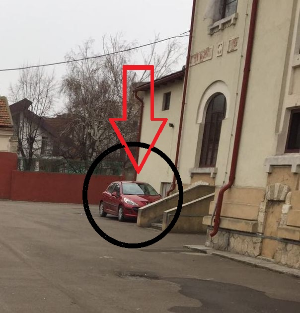 """Curtea din spatele clădirii de patrimoniu, locul unde Anamaria Ciobotaru își parchează mașina, nu este iluminat, pentru că așa trebuie să fie o """"școală europeană""""!"""