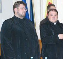 """Moise Bogdan - fostul Decan al Facultății de Teologie (primul din stânga) și Popovici Dumitru-Dănuț zis """"Limbovici"""", prodecan, ar trebui să intre în atenția instituțiilor abilitate."""