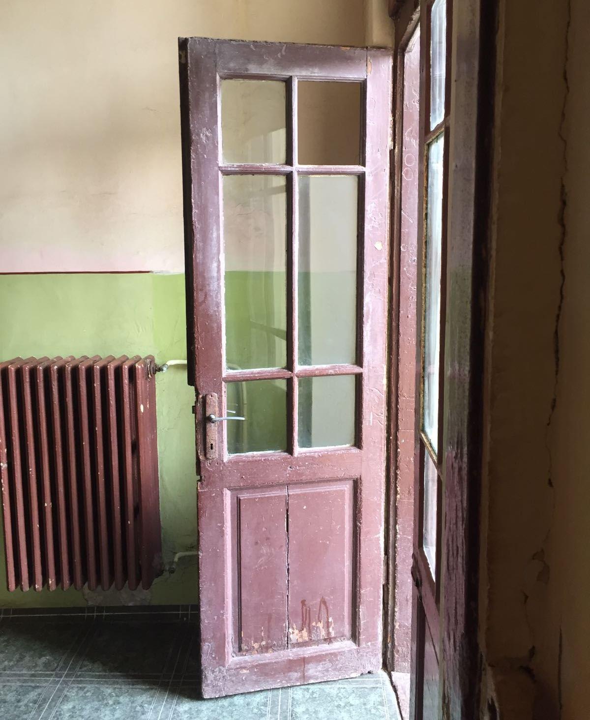 """Colegiul Pedagogic Constanța a fost declarat """"Școală Europeană"""" de trei ori! Aceasta este ușa de intrare/ ieșire cu acces în/ din curtea din spate a clădirii-patrimoniu."""