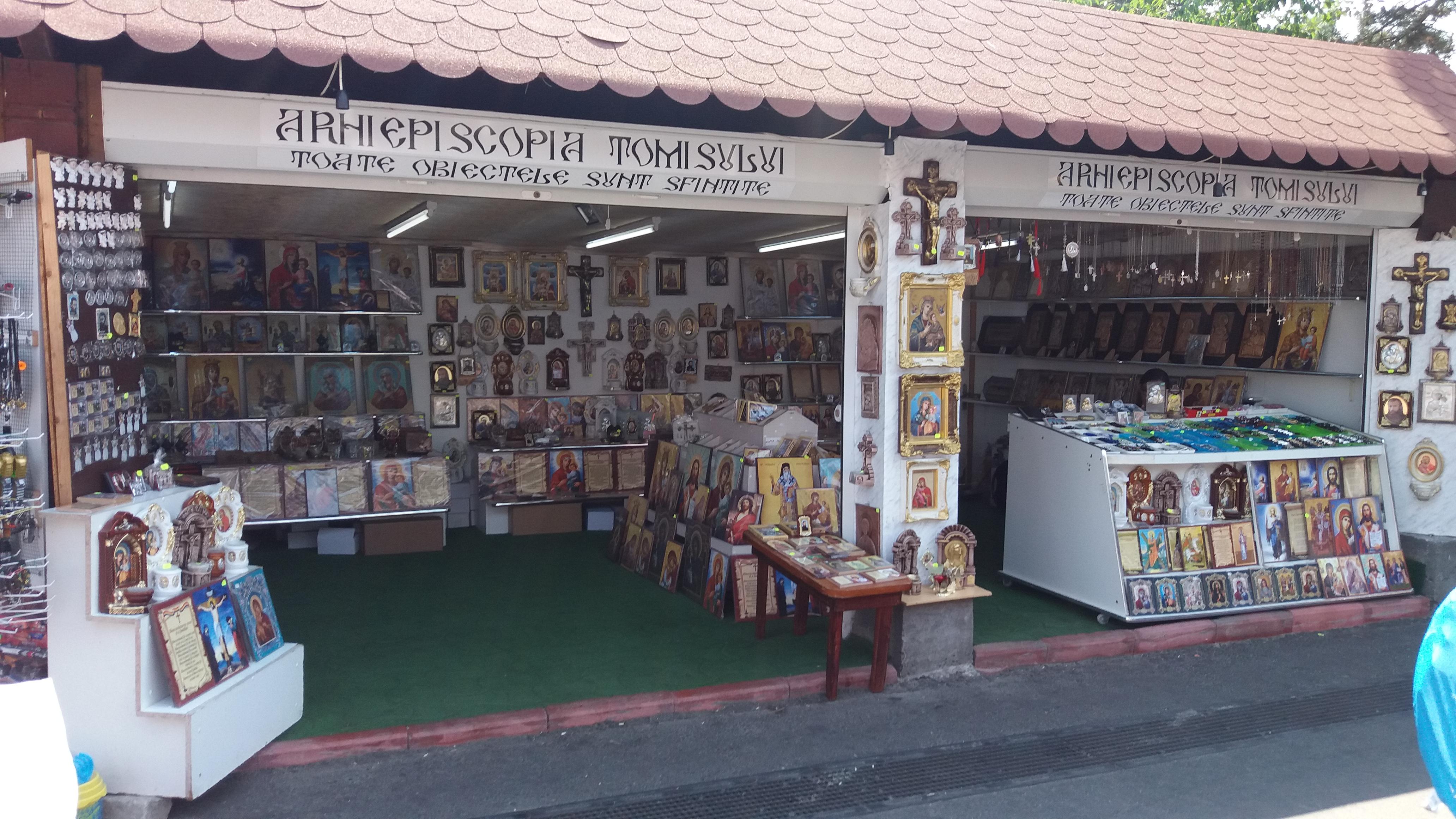 Magazin bisericesc în Satul de Vacanță, printre chiloți, sutiene, papuci, colace, ace, brice și carice.
