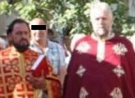 Preoții Giurgea Laurențiu (stânga) și cumătrul acestuia, Eugen Buruiană, ambii proprietari de vile luxoase.