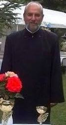 Preotul Nicolae Ionașcu, binecuvântând trandafirii PSD-ului.