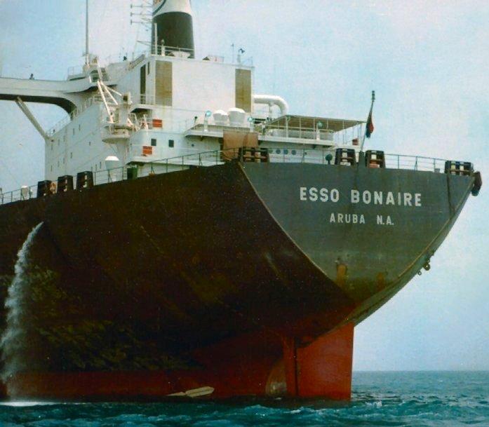 """Tancul """"Esso Bonaire"""" a participat la operațiunile de salvare a unei părți din echipajul cargoului """"Dîmboviţa""""."""