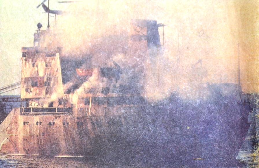 """Cargoul """"Fundulea"""", învăluit de flăcări și fum (foto: GULF NEWS din 24 noiembrie 1987)."""