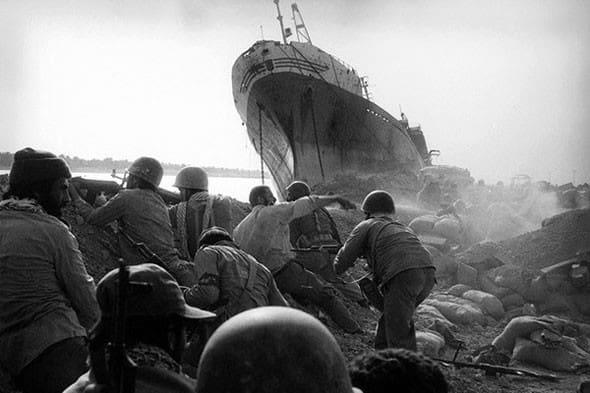 Secventa din timpul luptelor. În fundal, cargoul OLĂNEȘTI după bombardarea sa de trupele iraniene.