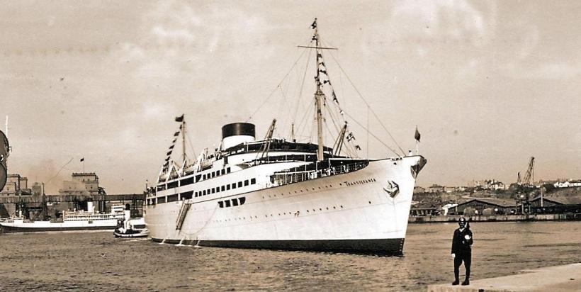 """Pasagerul """"Transilvania"""" în bazinul portului vechi Constanța. În plan îndepărtat se văd silozurile portului."""