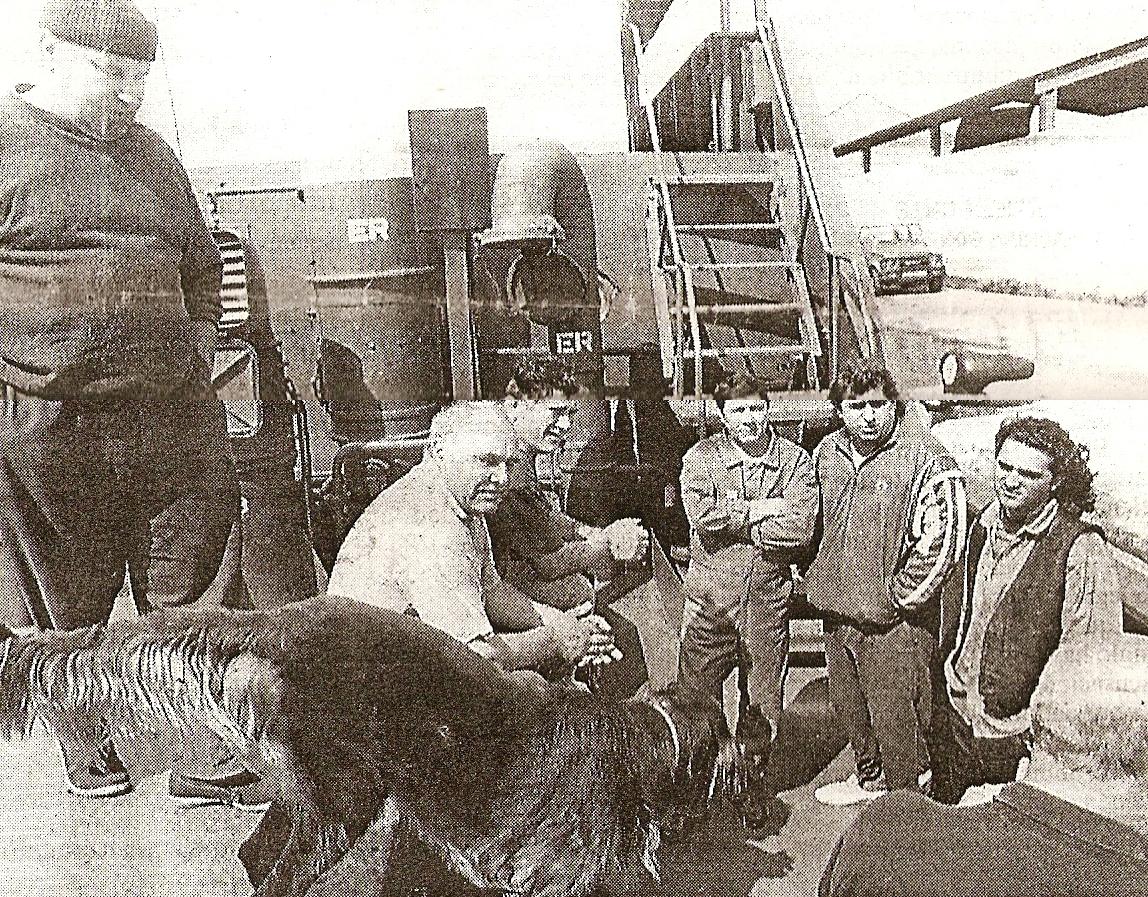 """Grup de marinari români și câinele Rocco la bordul navei """"Săbăreni""""."""