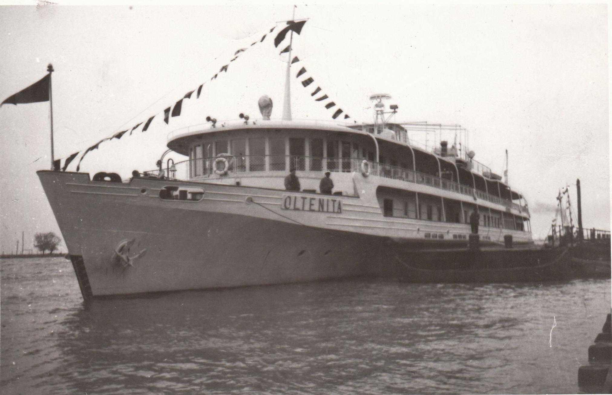 Nava de pasageri OLTENIȚA în portul Tulcea (foto din anii '60).
