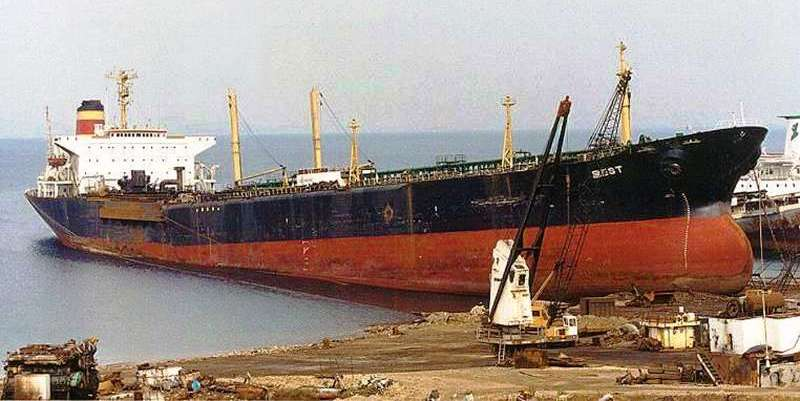 """Noiembrie 2001. Petrolierul """"Mesta"""" la Aliaga (Turcia), în așteptare pentru a fi tăiat (foto: http.www.shipspotting.comgalleryphoto.phplid=848640&sort_comments=2)"""