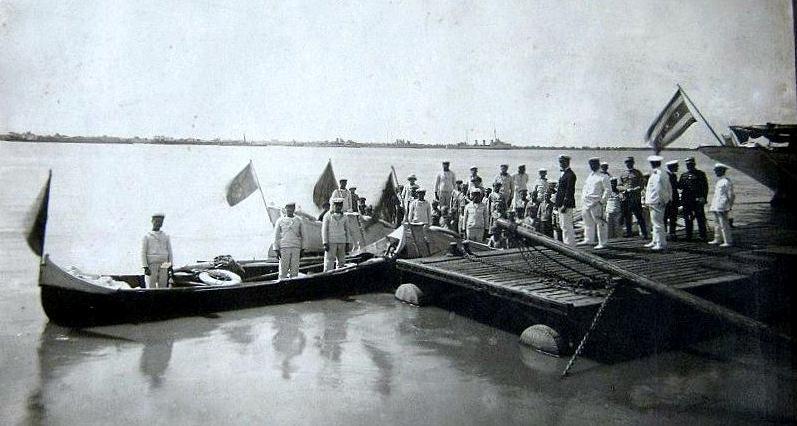 """Festivitate militară la Galați, în anul 1921. În dreapta se vede steagul Comisiei Europene a Dunării arborat la pupa yachtului """"Carolus Primus""""."""