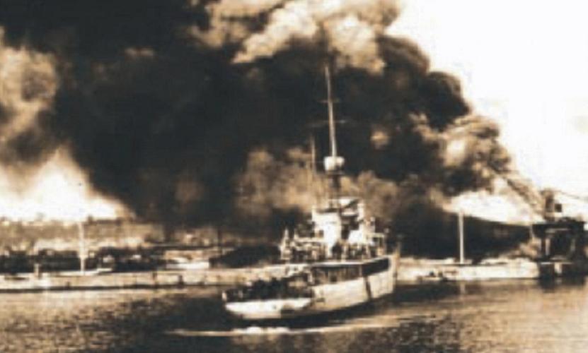 """NMS """"Amiral Murgescu"""" în timpul bombardamentelor aeriene ale aviației sovietice asupra portului Constanța."""