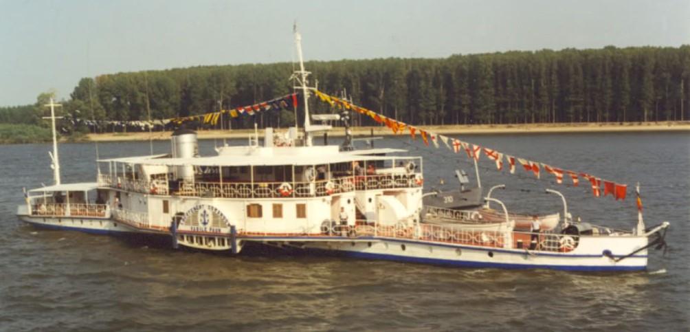 """Pasagerul""""Republica"""" în voiaj pe Dunăre, când purta numele """"Locotenent-comandor Vasile Păun""""."""