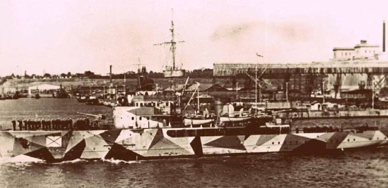 """Septembrie 1942. Puitorul N.M.S. """"Amiral Murgescu"""" în camuflaj de război (bazinul vechi al portului Constanța; se vede estacada din fa'a silozurilor)."""