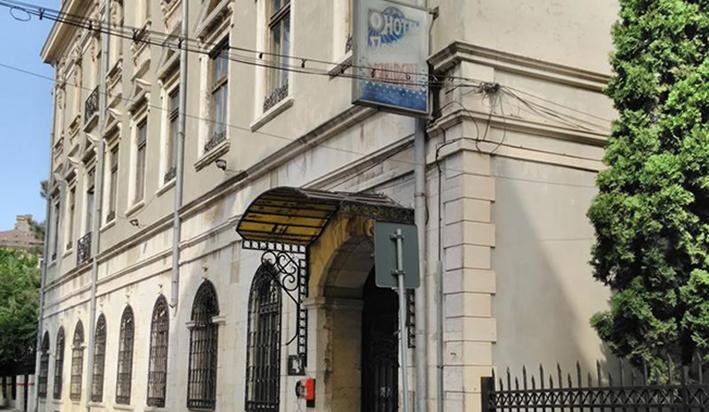 În iarna anului 1906, Panait Istrati era portar la hotelul REGINA din Constanța (clădire construită în anul 1905, amplasată pe locul fostului hotel d'ANGLETERRE). Numele i-a fost dat în onoarea Reginei Elisabeta, soția Regelui Carol I. Ulterior, comuniștii l-au numit INTIM.
