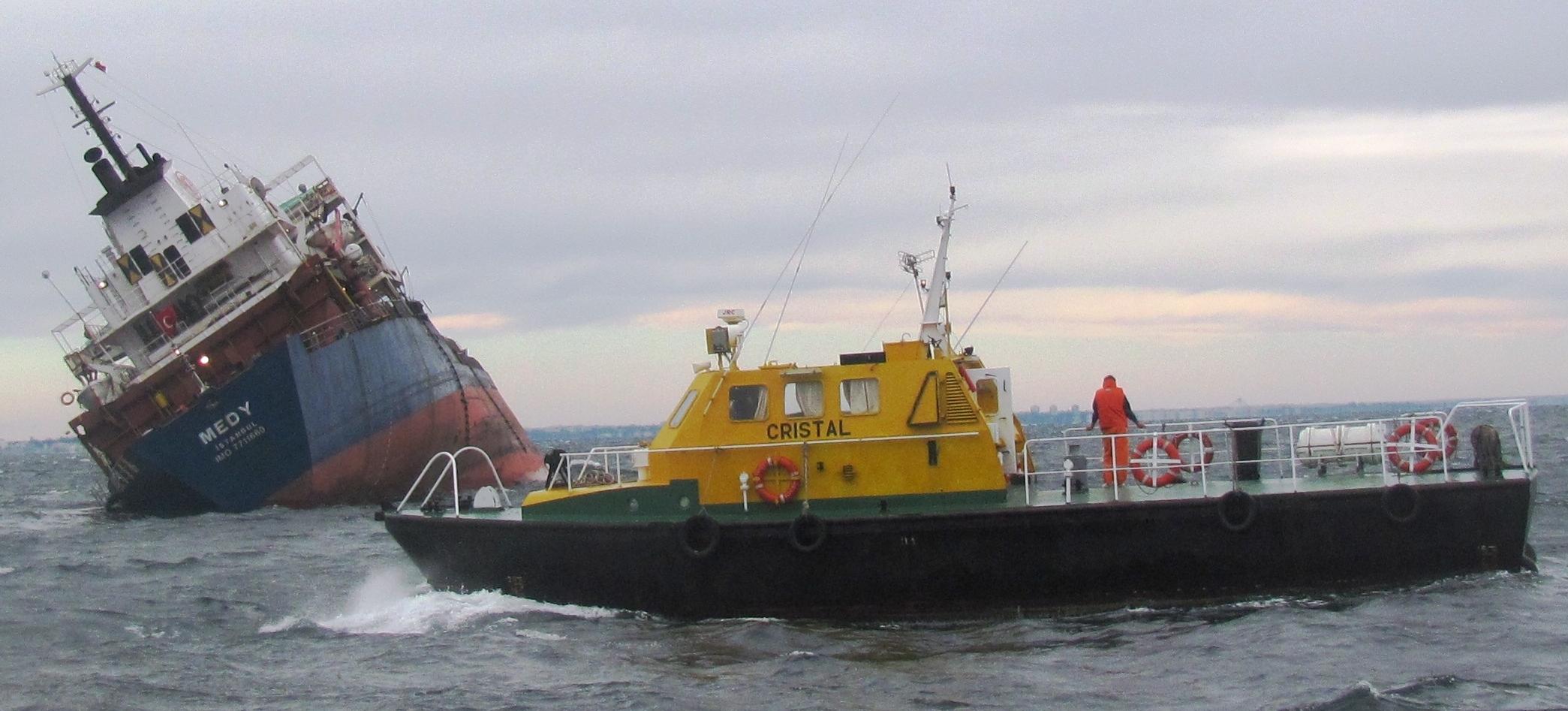"""Șalupa """"Cristal"""" a ajuns în zona sinistrului, cargoul """"Medy"""" fiind în pericol real de scufundare."""