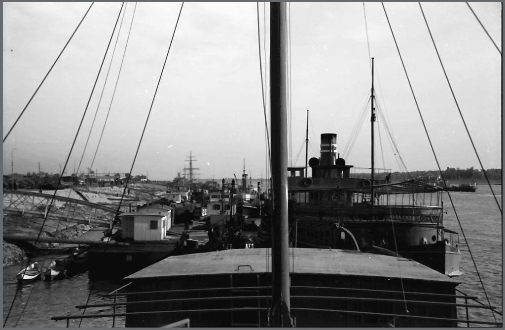 Nava de pasageri cu zbaturi ANGHEL SALIGNY la Brăila, în timpul WW2.