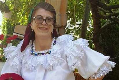 Adriana Câmpeanu, consilieră P.N.L. îmbrăcată ca o pesedistă.