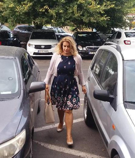 13 septembrie 2018. Anamaria Ciobotaru, în drum spre sala de judecată. Nu pare afectată de lecturarea articolelor din REZISTENTA.ro