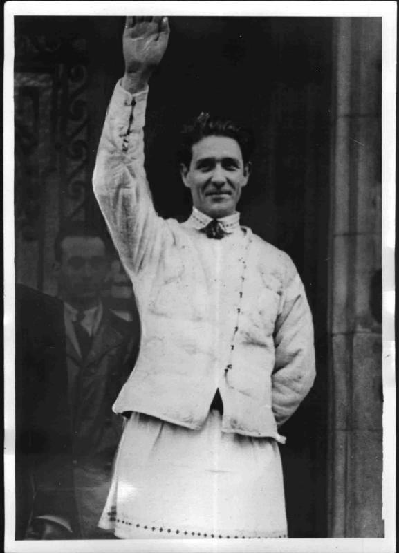 """Corneliu Zelea CODREANU: - """"Cel care luptă, chiar singur, pentru Dumnezeu și neamul său nu va fi învins niciodată."""" - """"O Românie nouă nu poate ieși decât din luptă. Din jertfa fiilor săi."""" - """"Poporul român, în aceste zile ale lui, nu are nevoie de un mare om politic, așa cum greșit se crede, ci de un mare educator și conducător, care să biruiască puterile răului."""""""