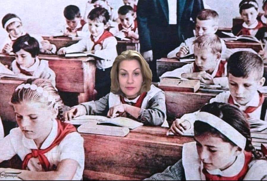 Clopoțelul sună,/ Jocul să-l lăsăm,/ Așezați în rânduri / În clasă intrăm./ Hai grăbește pasul,/ Nu te mai juca,/ Lecția începe, Nu întârzia! (Clopoțelul sună, de Sandu Mădăalina, http://www.universdecopil.ro/poezii-despre-scoala.html).