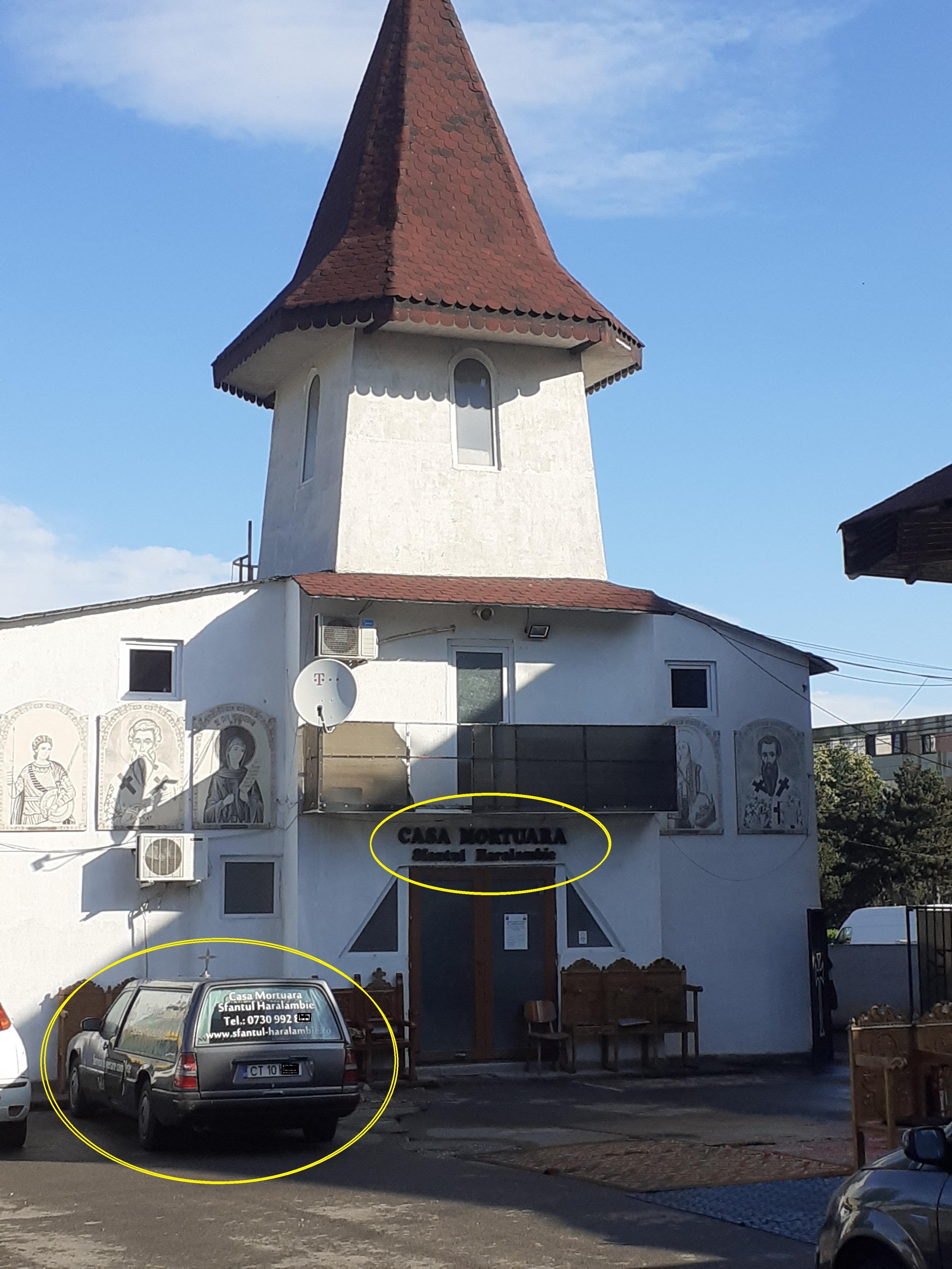"""Casa mortuară a bisericii """"Sf. Mc. Haralambie"""" și una dintre mașinile mortuare (iunie 2020)."""